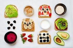 Variazione dei panini sani della prima colazione della segale con l'avocado, humm Fotografia Stock