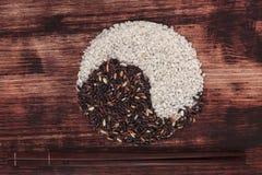Variazione del riso rispetto ai chpsticks. Fotografie Stock Libere da Diritti
