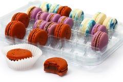 Varicolored печенье Macaroon в пластичной коробке стоковые фотографии rf