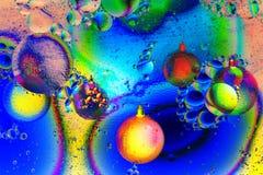 Varicolored шарики, игрушки рождества над абстрактной предпосылкой цвета стоковые фото