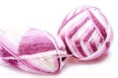 Varicolored Ballone des Garns mit Stricknadeln lizenzfreies stockbild