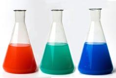 Varicolored laboratoriumflaskor Arkivfoto