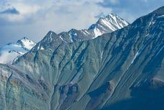 Varicoloured bergvägg royaltyfri fotografi