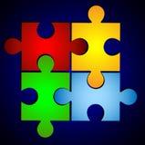 Varicoloured Puzzlespiel auf einem blauen Hintergrund Lizenzfreies Stockbild