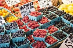 Varie bacche in un mercato dell'agricoltore Fotografie Stock Libere da Diritti