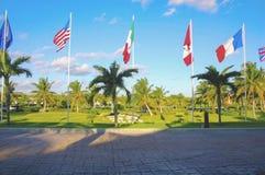 Varie bandiere sulla spiaggia fuori della località di soggiorno Immagine Stock Libera da Diritti