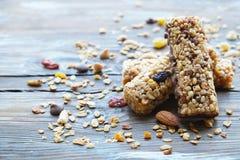 Varie barre di granola casalinghe, con i dadi, l'uva passa hanno asciugato le ciliege ed il cioccolato Fotografia Stock Libera da Diritti