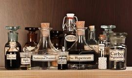 Varie bottiglie della farmacia di medicina omeopatica Fotografia Stock