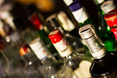 Varie bottiglie delle bevande e cime della bottiglia Fotografie Stock Libere da Diritti