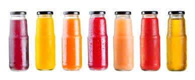 Varie bottiglie di succo isolate su fondo bianco Immagine Stock