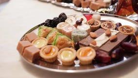 Varie caramelle variopinte decorate su una tavola bianca azione Candy sulla tavola in un piatto video d archivio