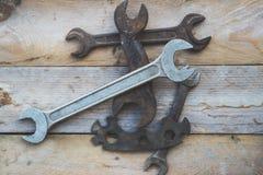 Varie chiavi di dimensione, chiavi su fondo di legno Immagine Stock