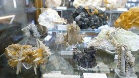 Varie collezioni di pietre minerali alla mostra nel museo Museo dei minerali Immagini Stock Libere da Diritti