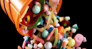 Varie confetterie che si rovesciano fuori dal secchio 4k di Halloween stock footage