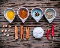 Varie erbe e spezie in ciotola ceramica Alimento e ingr di cucina Immagine Stock Libera da Diritti