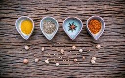 Varie erbe e spezie in ciotola ceramica Alimento e ingr di cucina Fotografie Stock Libere da Diritti