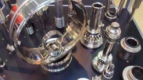 Varie ingranaggi, assi scanalate ed altri prodotti metallici stock footage