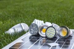 Varie lampade del LED sulle celle fotovoltaiche e su CFL dentro Immagine Stock