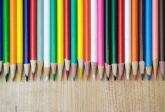 Varie matite colorate nella fila Fotografie Stock Libere da Diritti