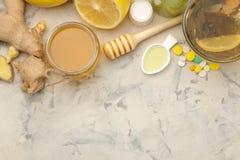 Varie medicine fredde e rimedi freddi su una tavola di legno bianca freddo malattie freddo Vista da sopra fotografia stock libera da diritti