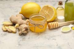 Varie medicine per influenza e rimedi freddi su una tavola di legno bianca freddo malattie freddo flu immagini stock libere da diritti