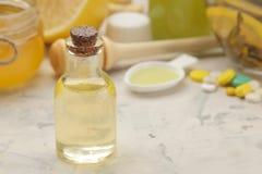 Varie medicine per influenza e rimedi freddi su una tavola di legno bianca freddo malattie freddo flu immagine stock