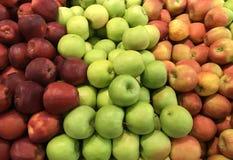 Varie mele in un recipiente dei prodotti del mercato Fotografia Stock