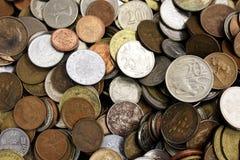 Varie monete del metallo dei curriencies differenti fotografia stock