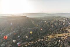 varie mongolfiere variopinte che volano sopra il parco nazionale del goreme, cappadocia, tacchino fotografia stock