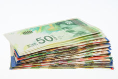 Varie note israeliane dello shekel con la nuova nota cinquanta Immagine Stock