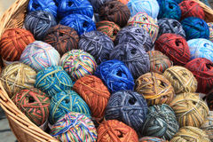 Varie palle di lana in un canestro Fotografie Stock