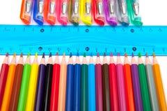 Varie penne e matite isolate su fondo bianco Immagine Stock Libera da Diritti