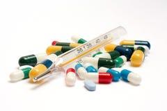 Varie pillole con il termometro Fotografia Stock Libera da Diritti