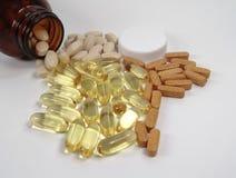 Varie pillole e bottiglia fotografia stock libera da diritti