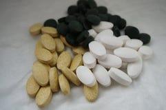 Varie pillole su fondo bianco fotografie stock libere da diritti