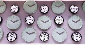 Varie progettazioni degli orologi che appendono sulla parete immagine stock