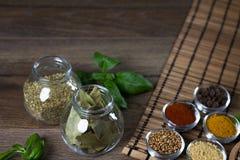 Varie spezie fresche in ciotole, fondo di legno, Fotografie Stock Libere da Diritti