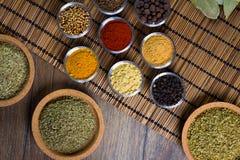 Varie spezie fresche in ciotole, fondo di legno, vista superiore Fotografia Stock Libera da Diritti