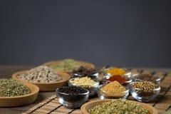 Varie spezie fresche in ciotole, fondo di legno, vista superiore Fotografie Stock Libere da Diritti