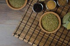 Varie spezie fresche in ciotole, fondo di legno, vista superiore Immagini Stock Libere da Diritti
