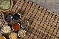 Varie spezie fresche in ciotole, fondo di legno, vista superiore Fotografia Stock