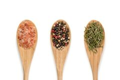 Varie spezie sui cucchiai di legno Fotografie Stock