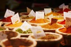 Varie spezie sul mercato dell'agricoltore Fotografia Stock Libera da Diritti