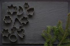 Varie taglierine Natale-di tema del biscotto Taglierine del biscotto di Natale su fondo nero Scheda di festa Immagini Stock Libere da Diritti