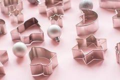 Varie taglierine Natale-di tema del biscotto Taglierine del biscotto di Natale sul rosa Fotografia Stock Libera da Diritti