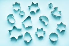 Varie taglierine Natale-di tema del biscotto Taglierine del biscotto di Natale sul rosa Scheda di festa Immagine Stock Libera da Diritti