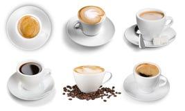 Varie tazze con caffè caldo, isolato su bianco Fotografia Stock