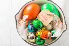 Varie uova per Pasqua con le piume sulla pentola Fotografie Stock