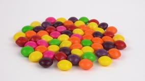 Variedad amplia de los colores de caramelos dulces con sabor a fruta Loopable almacen de video