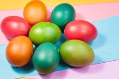 Variedad colorida de adornamiento de los fondos del huevo de Pascua de colores brillantes Fotos de archivo
